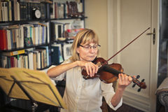 Woman playing violin Royalty Free Stock Images