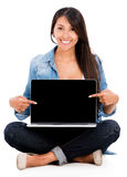 Woman pointing at a laptop screen Royalty Free Stock Photography