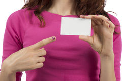 Woman pointing to a sign card with copyspace Royalty Free Stock Photos