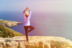 Woman practicing yoga in scenic mountains Royalty Free Stock Photos
