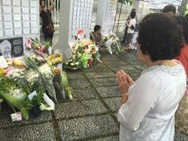 Woman prays for late ex prime minister of Singapore, Lee Kuan Yew Royalty Free Stock Photography