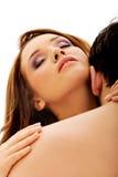 Woman& que se besa x27 del hombre caucásico; cuello de s Imágenes de archivo libres de regalías