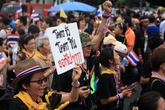 Woman raises deposal plate to against Thai government Royalty Free Stock Photos