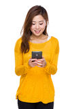 Woman read the message of cellphone Stock Photography
