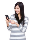 Woman read the message on cellphone Royalty Free Stock Photography