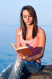 Woman reading Royalty Free Stock Photos