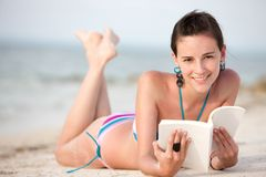Woman reading at the beach Royalty Free Stock Photos