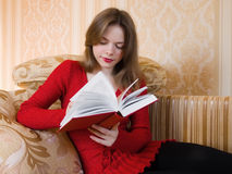 Woman is reading a book Royalty Free Stock Photography