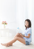 Woman reading a book at home Royalty Free Stock Images