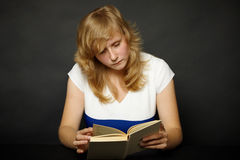 Woman reading book at night Royalty Free Stock Images