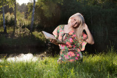 Woman reading a book in the park Royalty Free Stock Photography