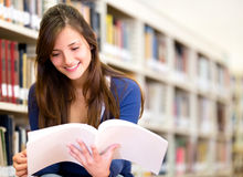 Woman reading at the library Royalty Free Stock Photography