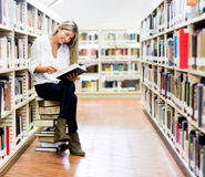 Woman reading at the library Royalty Free Stock Images