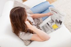 Woman reading the newspaper Royalty Free Stock Photography