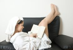Woman reading relaxed Royalty Free Stock Images