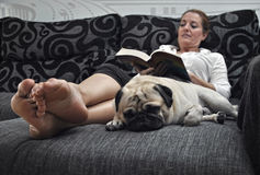 Woman reading on the sofa quietly i Royalty Free Stock Images