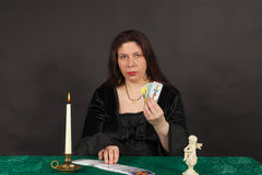 A woman is reading tarot cards Royalty Free Stock Photos