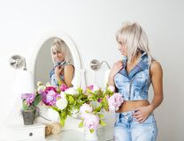 .woman regarde dans le miroir photos stock