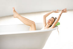 Woman relaxing in the bathtube Royalty Free Stock Photography