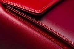Woman& rojo x27; bolso de s foto de archivo
