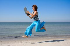 Woman running and lookinng to laptop Royalty Free Stock Photos