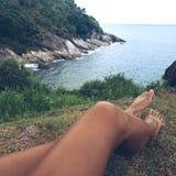 Woman& x27; s-ben och sikt på havet royaltyfria bilder