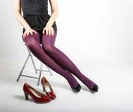 Woman& x27; s Benen die Nylonkousen en Hoge Hielen dragen Royalty-vrije Stock Afbeelding