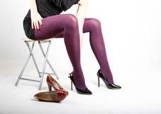 Woman& x27; s Benen die Nylonkousen en Hoge Hielen dragen Royalty-vrije Stock Foto's