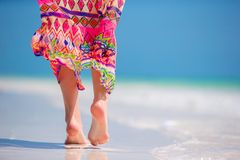 Free Woman`s Feet On The White Sand Beach In Shallow Water Stock Photo - 105020040
