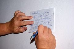 Woman& x27; s-Hände, die Anmerkungen auf Papier schreiben lizenzfreies stockfoto
