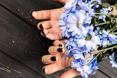 Woman' s-händer med blommor arkivfoton