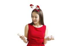 Woman& x27; s-händer rymmer den dekorerade gåvaasken för jul eller för det nya året På en vit bakgrund Arkivbild