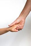 Woman& x27; s-Hand, die ein child& x27 hält; s-Hand stockfoto
