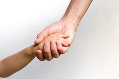 Woman& x27; s-Hand, die ein child& x27 hält; s-Hand stockbild