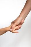 Woman& x27; s-hand som rymmer en child& x27; s-hand arkivfoto