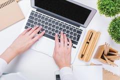 Woman& x27; s handen die laptop close-up gebruiken Stock Afbeelding