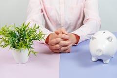 Woman& x27; s handen met de close-up van het spaarvarken royalty-vrije stock afbeeldingen