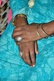 Woman& x27; s handen met ringen en armbanden in turkooise kleding Stock Afbeelding