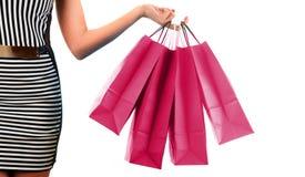 Woman& x27; s ręki mienia papieru torba na zakupy odizolowywający na bielu Obraz Stock