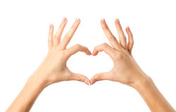 Woman& x27; s ręki robi sercu Zdjęcia Stock