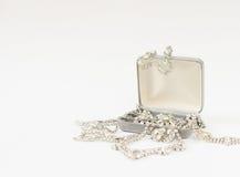 Woman& x27; s-Schmuck Weinleseschmuckhintergrund Schöne Bergkristallbroschen und -halskette in einem Schmuckkästchen auf weißem H stockbild