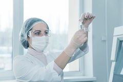Woman scientist in a lab Royalty Free Stock Images