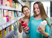Woman selecting shampoo in store Stock Photography