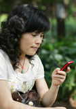 Woman sending a message on her cellphone Royalty Free Stock Images