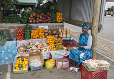 Woman show grapes on the fruit market in hazeview Stock Image