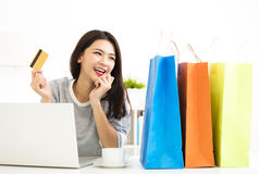 Woman showing credit card And Shopping Online Royalty Free Stock Images