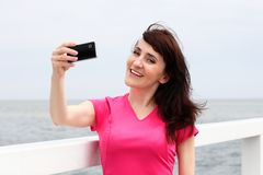 Woman showing display of mobile phone Royalty Free Stock Photography