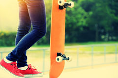 Woman skateboarder listening music Royalty Free Stock Photos