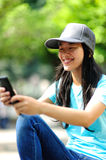 Woman skateboarder sit use her cellphone Royalty Free Stock Photos