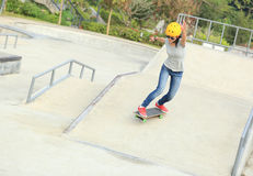Woman skateboarders riding on a skateboard Stock Photography